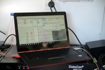 MOANA, ニュージーランド, 10月 27, 2017: ノートパソコンの画面は、放棄された油井戸を記録しながら、データを表示します.