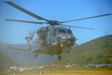 GREYMOUTH, NEW ZEALAND, NOVEMBER 18, 2017: Dust and flying debris obscure an Air Force NH90 helicopter taking off at an open day run by the New Zealand armed forces. The NH90 was built by NATO Helicopter Industries (NHI) (France). Redactioneel
