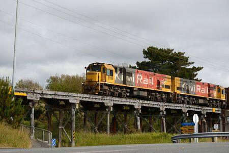 パロア、ニュージーランド、2017年11月18日:貨物列車がパロア近くの古い木製の橋を渡ります, ニュージーランド