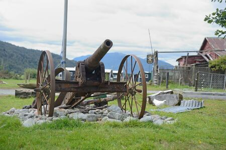An old cannon takes pride of place in the roundabout at Kopara village in New Zealand Standard-Bild - 130818149