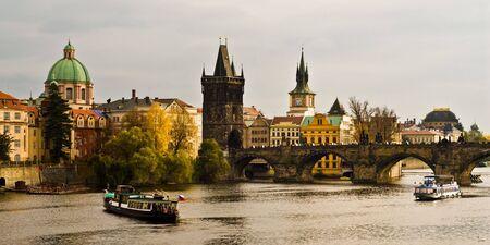 Rzeki Wełtawy i Charles Bride w Pradze. Zdjęcie Seryjne