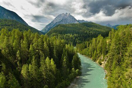 Scenic widok na rzekę Inn pobliżu Scoul, Engadin, Szwajcaria. Zdjęcie Seryjne