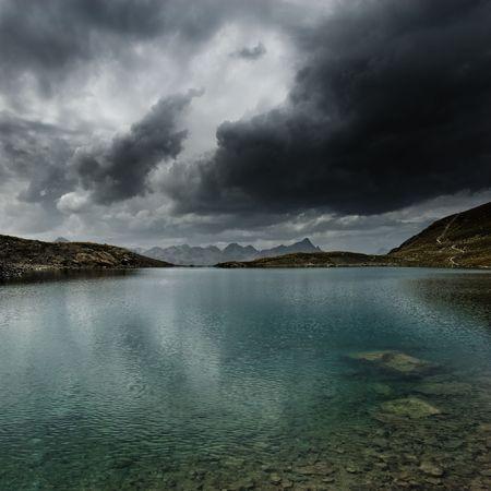 Górskie jezioro z burzy i ciemne chmury, Engadin, Szwajcaria Zdjęcie Seryjne
