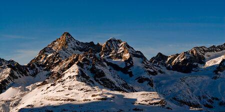 swiss alps: Trifthorn górski szczyt w zimie. Widok z Gornergrat, Zermatt, Szwajcaria.