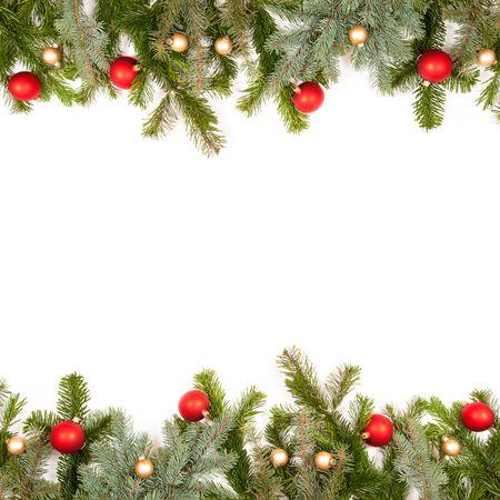 abetos: marco de ramita de abeto verde con bolas de Navidad sobre fondo blanco