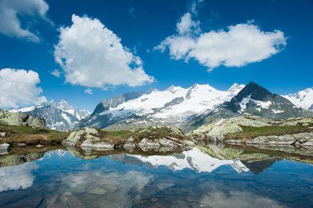 Fusshorn (3627m) i Geisshorn(3640m) z małym jeziorem. Widok z Bettmerhorn. Częścią Jungfrau-Aletsch światowego dziedzictwa UNESCO, Wallis, Szwajcaria