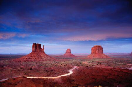 """Monument Valley na zmierzchu po zachodzie sÅ'oÅ""""ca, Utah, USA Zdjęcie Seryjne"""