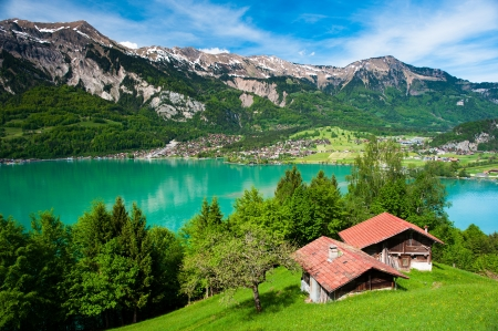 paisaje rural: Panorama del lago de Brienz Brienz con la ciudad al fondo, Suiza