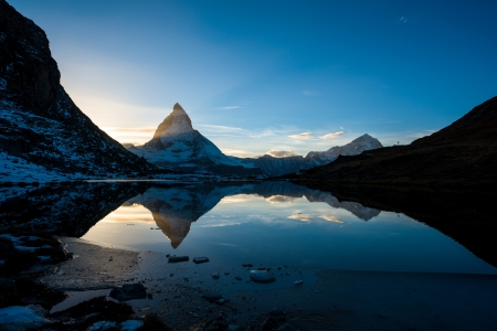 Matterhorn and Dente Blanche from Riffelsee mountain lake above Zermatt, Switzerland Standard-Bild