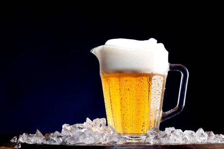 氷の上のビールのピッチャー