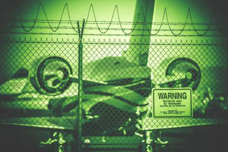 prohibido el paso: Aeropuerto �rea Restringida en Nightvision Etalonaje. Ninguna muestra de violaci�n. Jet Airplane Corporativa Bajo Valla.