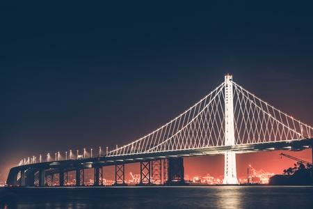 オークランド湾橋の夜。San Francisco - オークランド、カリフォルニア州、アメリカ合衆国。 写真素材