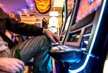 tragamonedas: Gambler y Slot Machine. Los hombres con cerveza Jugar Tragaperras en Las Vegas Casino.