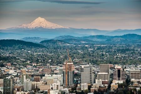 ポートランドとフッド山のパノラマ。ポートランド、オレゴン州、アメリカ合衆国。