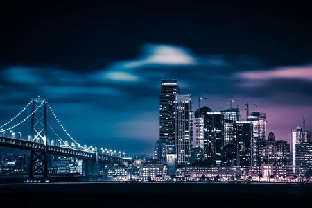San Francisco および湾橋の夜。San Francisco のスカイライン。