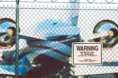 prohibido el paso: Aeropuerto Área Restringida señal de peligro. Advertencia. Área restringida. Prohibido el paso. Los infractores serán procesados. Claro Aeropuerto Area Zona. Foto de archivo