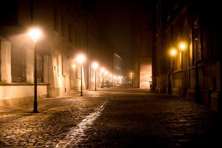 Krakow After Dark. Foggy gepflasterte Straße in der Nacht. Innenstadt Krakau, Polen, Europa.