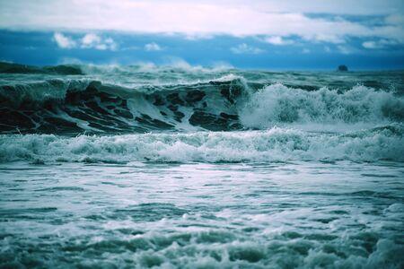 olas de mar: Las olas del océano tormentoso. Tormentoso océano Pacífico.