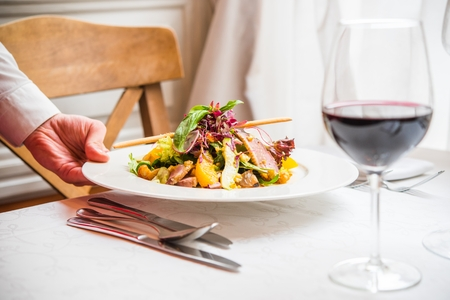 붉은 바람과 음식. 낭만적 인 저녁 식사를위한 레스토랑 테이블 준비. 스톡 콘텐츠