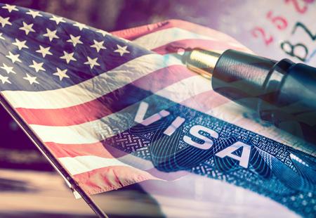 バック グラウンドでアメリカ国旗で、アメリカ合衆国のビザ文書。 写真素材