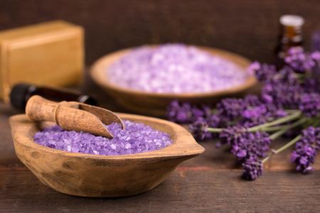 productos de belleza: Producto cosmético natural, lavanda, aceite, sal aroma sobre fondo de madera Foto de archivo
