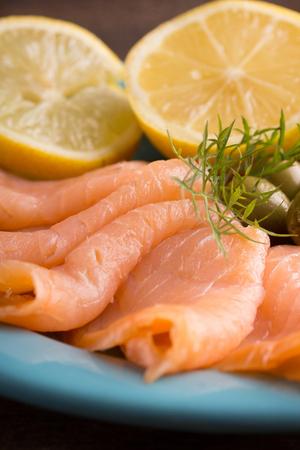 salmon ahumado: salmón ahumado en bruto con eneldo y limón