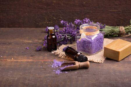 espliego: sal de baño de lavanda, esencia de lavanda fresca con la flor