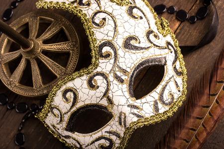 mascaras de carnaval: máscara de carnaval sobre fondo de madera oscura Foto de archivo