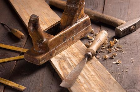 herramientas de carpinteria: Antiguo cincel y cepillo en un taller de carpinter�a