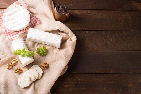 queso de cabra: vista desde arriba del queso de cabra fresco en estilo rústico
