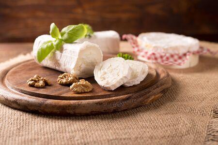 queso de cabra: Queso de cabra fresco en estilo rústico