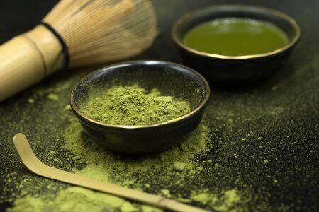 thé matcha vert sur fond noir