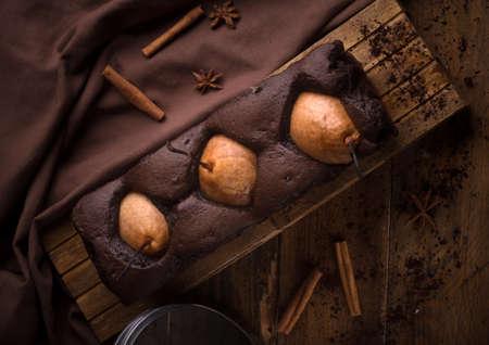 pear tart tatin, french caramel pear cake, dark background, top view Standard-Bild