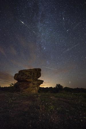 Foto compuesta de la actividad de meteoritos de las Perseidas. Paisaje nocturno de larga exposición con la Vía Láctea durante el flujo de las Perseidas. Foto de archivo