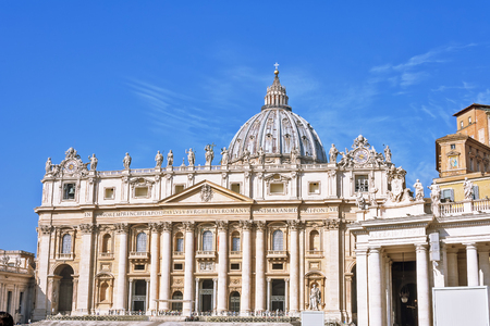 VATICAN CITY, VATICAN, Italy - Fragments of the Papal Basilica of St. Peter (San Pietro Piazza) in the Vatican and columns on Saint Peter`s square in Rome Foto de archivo