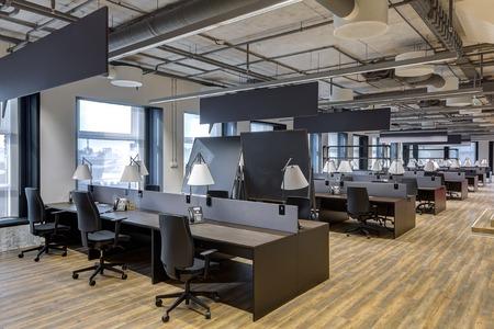Duży nowoczesny biurowiec z otwartą przestrzenią do pracy