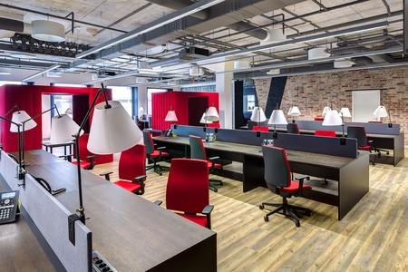 Ampliación de la oficina moderna con el espacio abierto para trabajar Foto de archivo