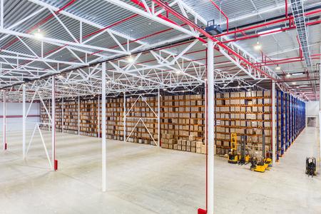 Neue große moderne Lager mit einigen Waren Standard-Bild - 55748035