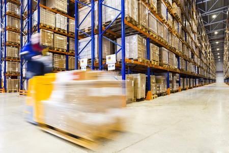 フォーク リフトに大規模な近代的な倉庫