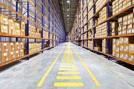 Des rangées d'étagères avec des boîtes en entrepôt moderne