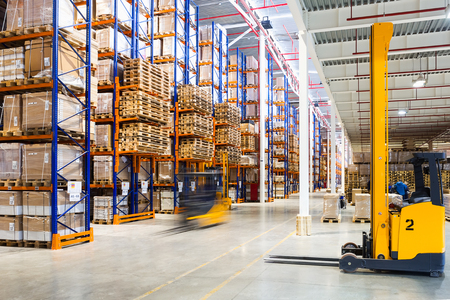Large modern warehouse with forklifts Reklamní fotografie - 55748049