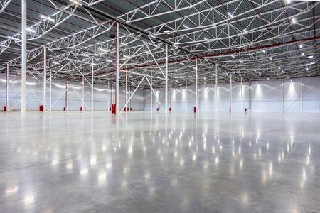 新しい大規模な近代的な空の倉庫