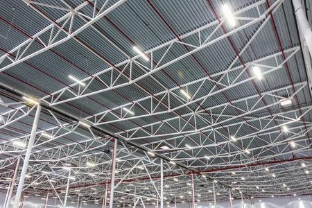 近代的な倉庫でダイオード照明ランプ 写真素材