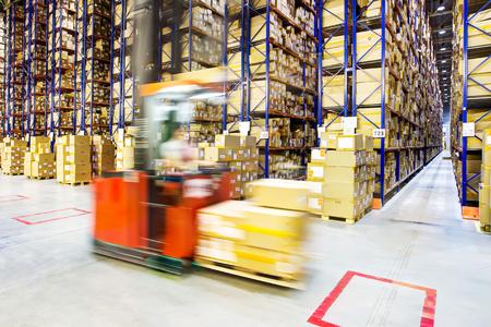 carga: Tenedor operador de ascensor preparación de productos para su envío Foto de archivo