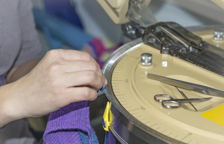 moderna máquina para la conexión de las piezas tejidas.