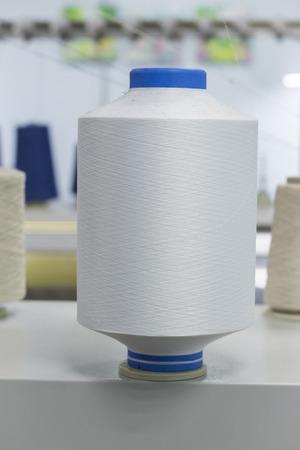 Bobinas con hilo de nailon, poliamida utilizada para la confección de prendas de punto.
