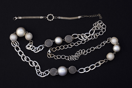 Women's jewelry bracelet and necklace . Flat lay, top view. Banque d'images