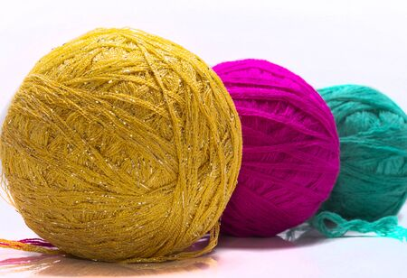Colorful thread balls for knitting on white background. Imagens - 135399066
