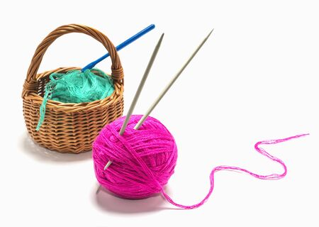 balls of yarn with spokes and crochet in basket on white background on white background. Imagens - 135478454