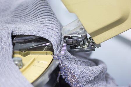 moderna máquina para la conexión de las piezas tejidas a escala industrial. Foto de archivo